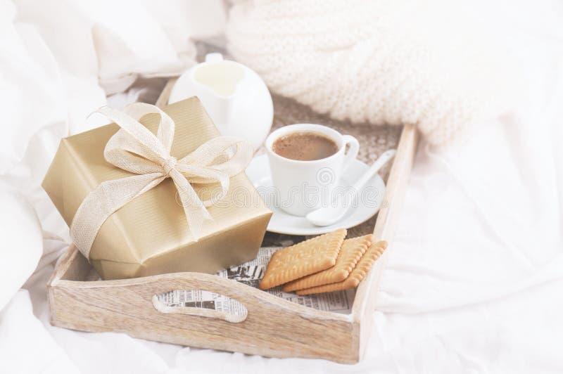 Desayuno romántico con café, las galletas y la caja de regalo, cumpleaños, imagen de archivo libre de regalías