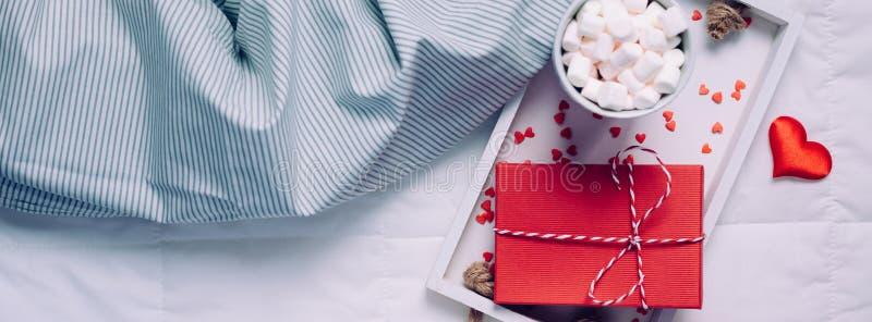 Desayuno romántico en cama Concepto de la tarjeta del día de San Valentín fotografía de archivo