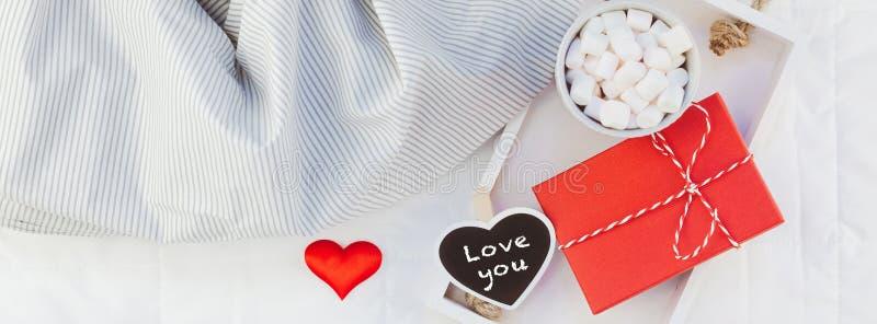 Desayuno romántico en cama Concepto de la tarjeta del día de San Valentín imagenes de archivo