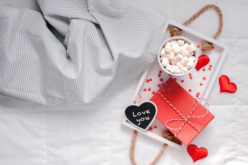 Desayuno romántico en cama Concepto de la tarjeta del día de San Valentín fotos de archivo libres de regalías