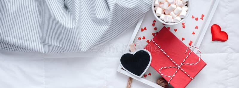 Desayuno romántico en cama Concepto de la tarjeta del día de San Valentín foto de archivo