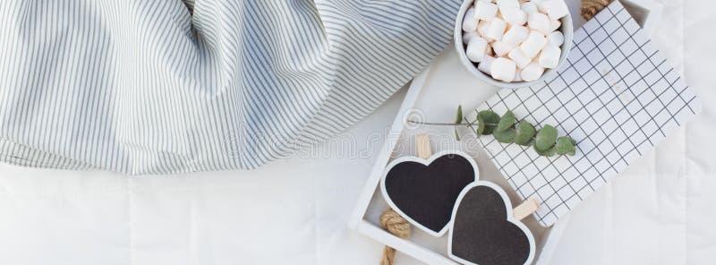 Desayuno romántico en cama Concepto de la tarjeta del día de San Valentín fotos de archivo