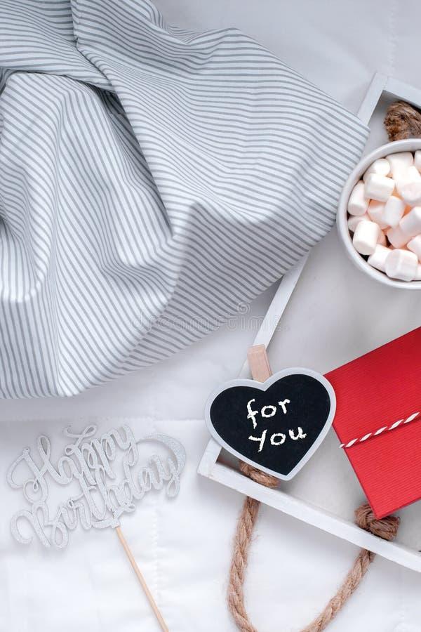Desayuno romántico en cama Concepto del cumpleaños imagen de archivo libre de regalías