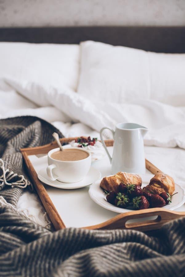 Desayuno romántico tradicional en cama en el dormitorio blanco y beige imágenes de archivo libres de regalías
