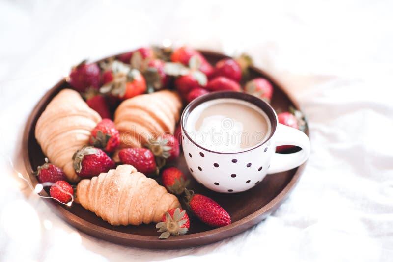 Desayuno sabroso con café y tortas fotografía de archivo