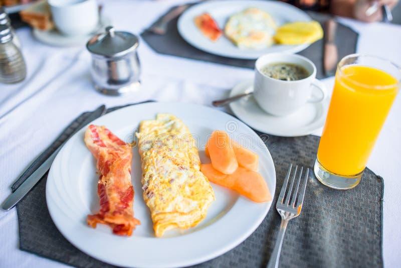 Desayuno sabroso sano en la tabla en café al aire libre foto de archivo libre de regalías