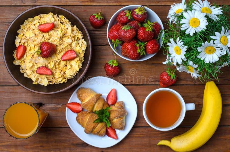 Desayuno sano: avenas, fresas, jugo, té y CRO (coordinadora) imágenes de archivo libres de regalías