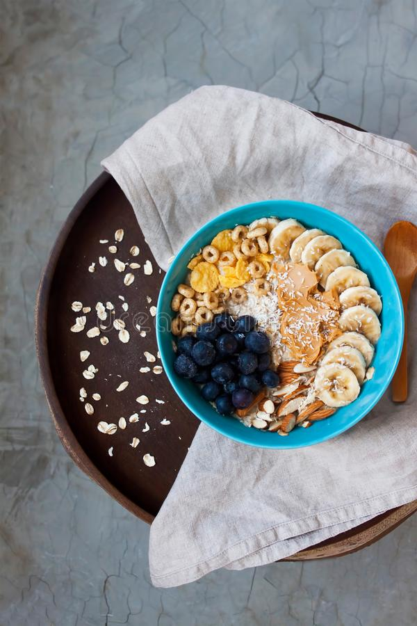 Desayuno sano con la avena y las frutas fotos de archivo