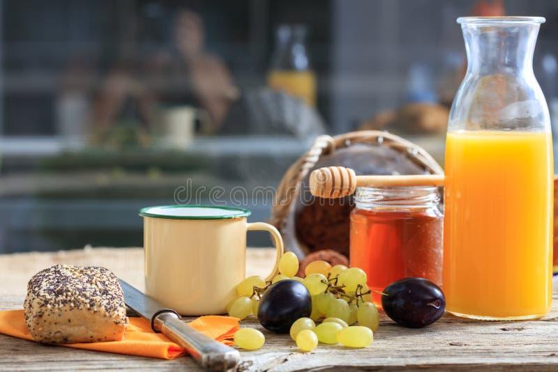 Desayuno sano con las frutas frescas y la miel imagen de archivo