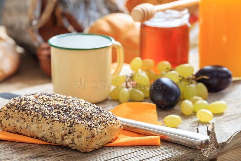 Desayuno sano con las frutas frescas y la miel fotos de archivo libres de regalías