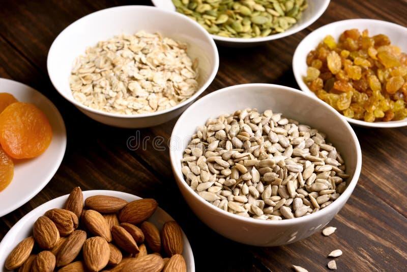Desayuno sano con las nueces, las semillas y las frutas secadas fotos de archivo libres de regalías