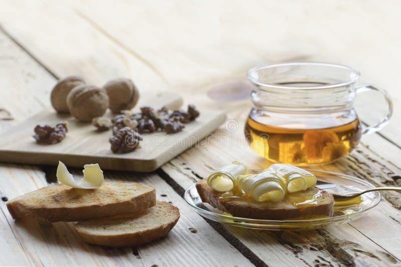 Desayuno sano con las rebanadas de pan de la tostada con el rizo y la miel de la mantequilla fotografía de archivo libre de regalías