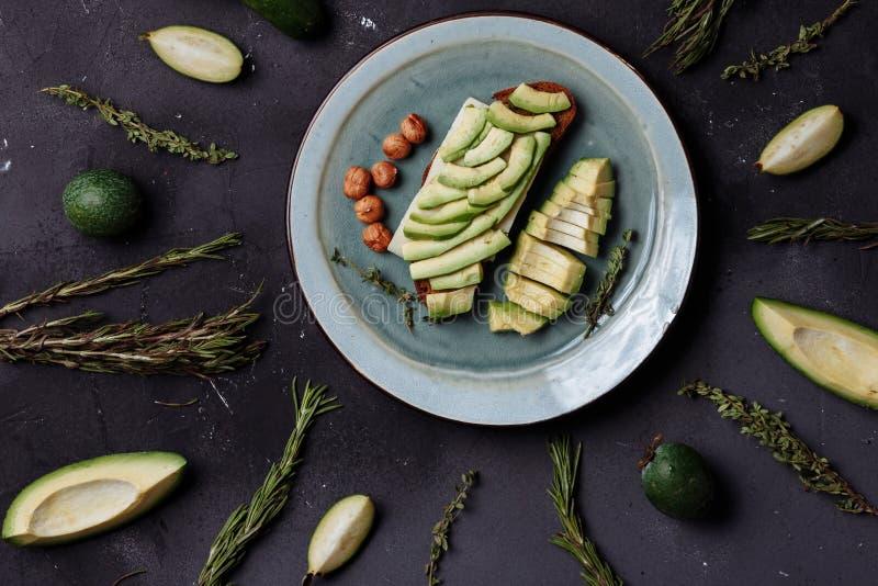 Desayuno sano con las verduras y las frutas en un fondo negro fotos de archivo