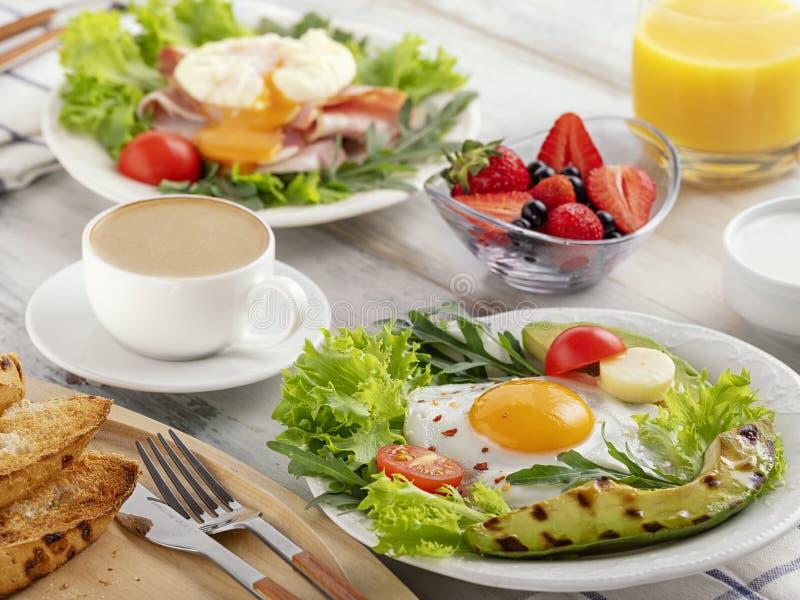 Desayuno sano con los huevos fritos, aguacate fotografía de archivo