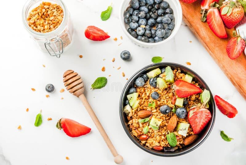 Desayuno sano con muesli o granola con las azufaifas nuts y frescas foto de archivo