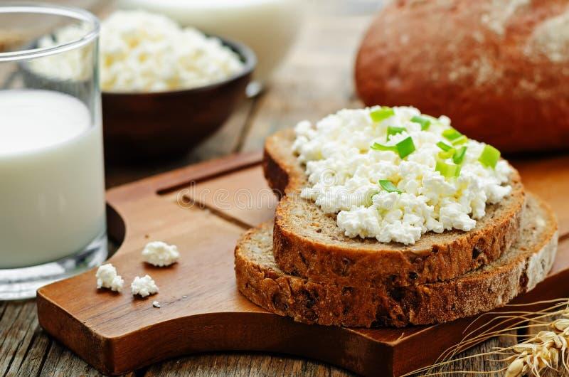 Desayuno sano con pan de centeno del grano, requesón enteros y foto de archivo