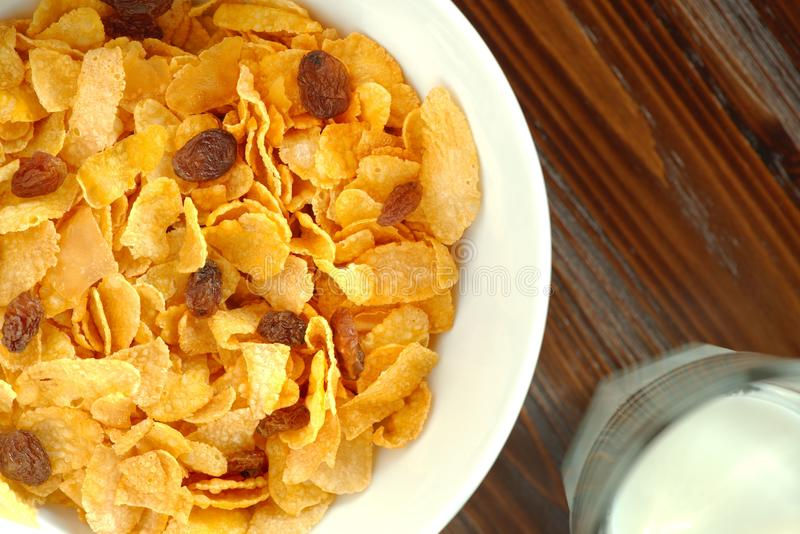 Desayuno sano con un cuenco de copos de maíz y de un vidrio de leche fotos de archivo libres de regalías