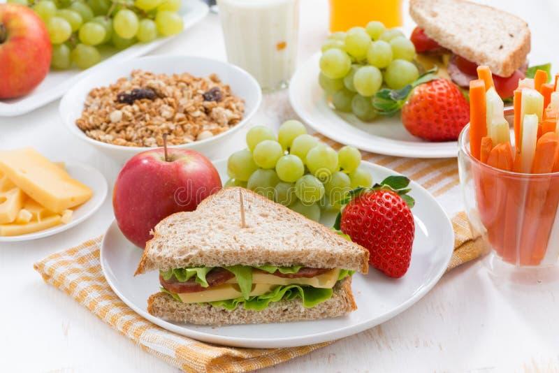 Desayuno sano de la escuela con las frutas y verduras frescas foto de archivo libre de regalías