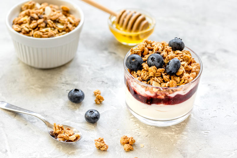 Desayuno sano del yogur con muesli y de las bayas en la tabla de cocina foto de archivo libre de regalías