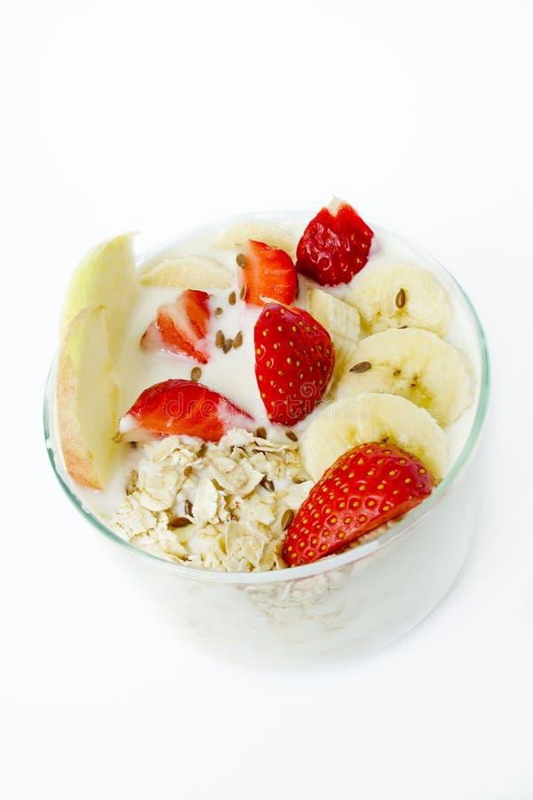 Desayuno sano - el yogur, avena forma escamas, las fresas, plátanos, a fotos de archivo libres de regalías