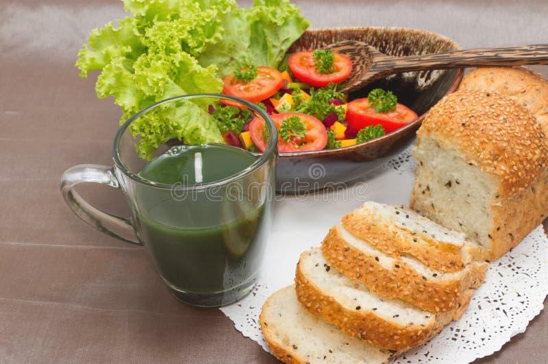 Desayuno sano, ensalada vegetariana y pan del trigo integral foto de archivo