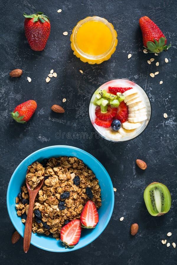 Desayuno sano: granola, yogur, frutas, miel fotografía de archivo