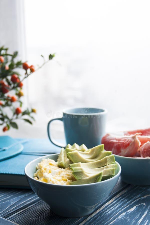 Desayuno sano: huevos y aguacates, pomelo y una taza de co foto de archivo libre de regalías