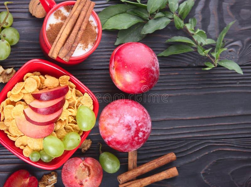 Download Desayuno Sano: Muesli Con La Leche, Fruta Fresca, Nueces Foto de archivo - Imagen de leche, negro: 100528120