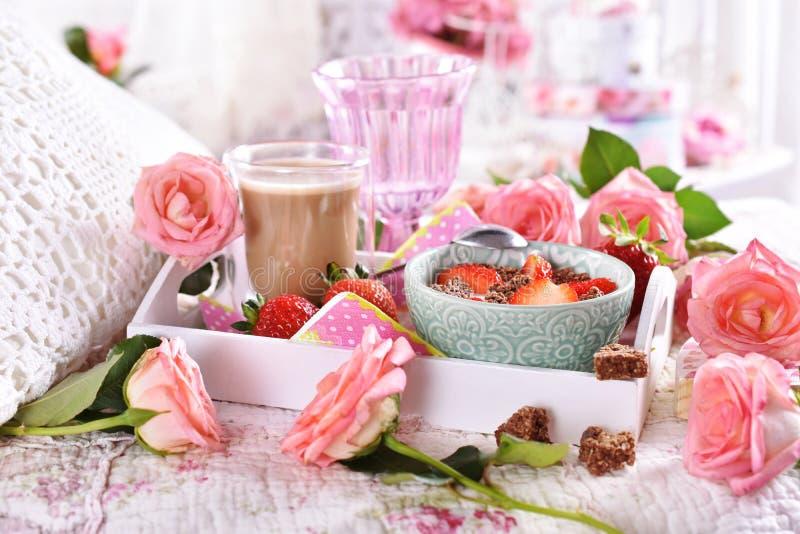 Desayuno sano y de la dieta en cama en estilo romántico imagen de archivo