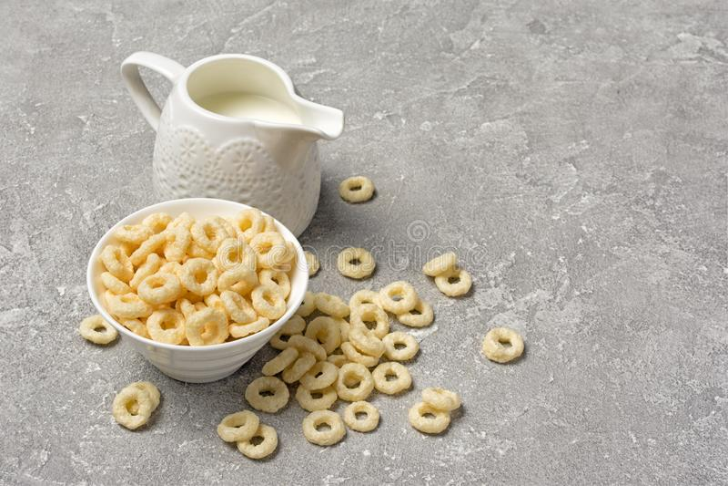 Desayuno seco de los rizos sanos y sabrosos con la punta blanca de la leche imagen de archivo libre de regalías