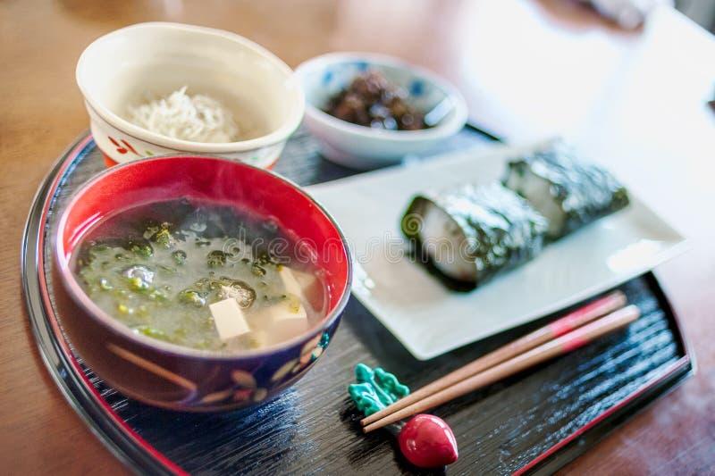 Desayuno típico japonés servido con onigiri imagenes de archivo