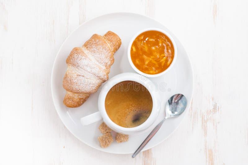 desayuno tradicional con el café y los cruasanes frescos, visión superior foto de archivo