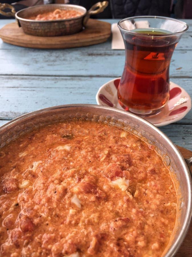 Desayuno tradicional con la tortilla y el té turco en tabl de madera imágenes de archivo libres de regalías