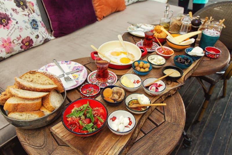 Desayuno turco rico y delicioso en una mesa redonda fotografía de archivo
