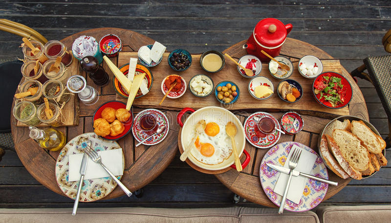 Desayuno turco rico y delicioso en una mesa redonda foto de archivo