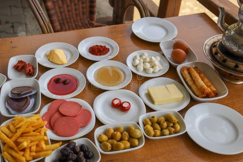 Desayuno turco tradicional y té turco imagen de archivo libre de regalías