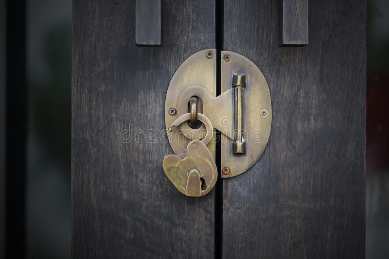 Desbloquee la puerta de madera fotografía de archivo