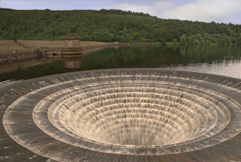 Desbordamiento de la presa de Ladybower y pared de la presa foto de archivo