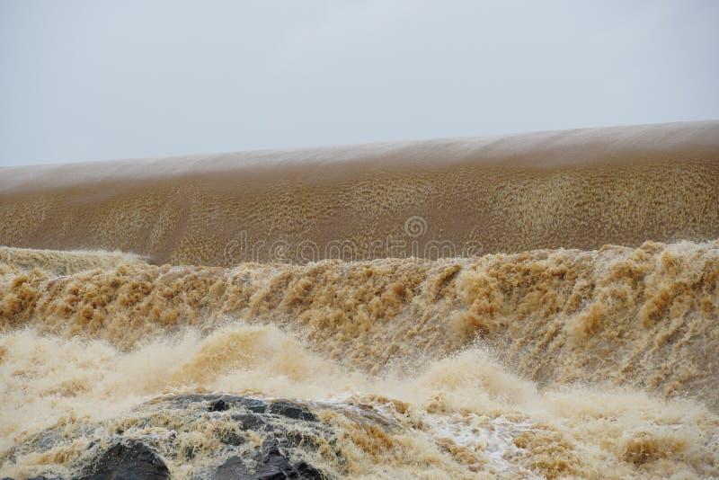 Desbordamiento de la presa en el río en monzón fotos de archivo