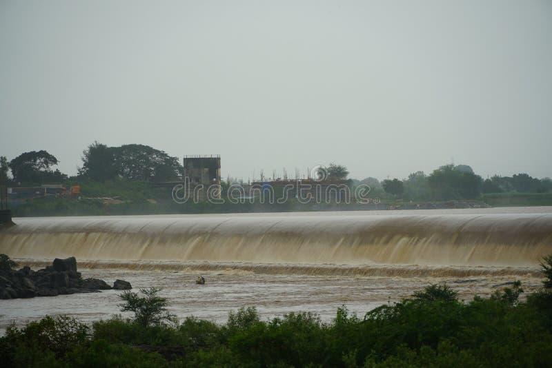 Desbordamiento de la presa en el río en monzón fotografía de archivo libre de regalías