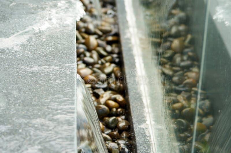 Desbordamiento del agua al lado de la piscina con el espejo foto de archivo libre de regalías
