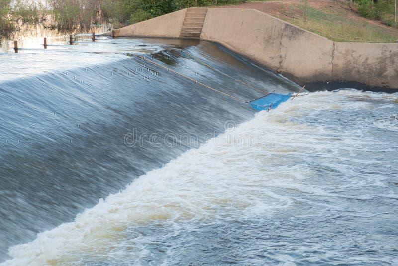 Desbordamiento del agua la presa fotos de archivo