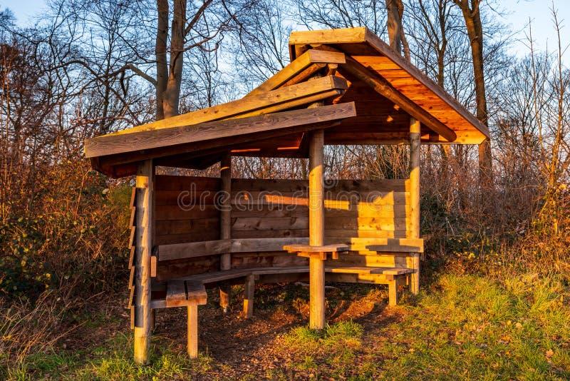 Descanse o abrigo para caminhantes ao longo do caminho na floresta no sol de nivelamento imagens de stock