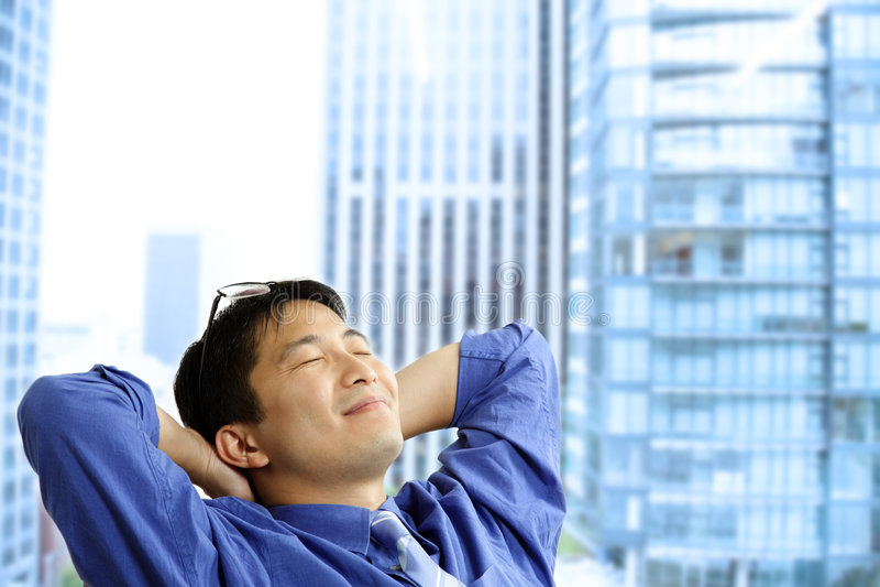 Descanso asiático do homem de negócios imagem de stock