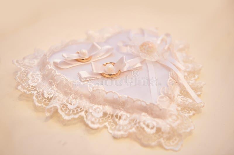 Descanso branco para anéis na forma do coração fotos de stock royalty free