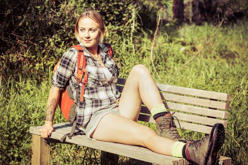 Descanso da mulher do caminhante imagens de stock