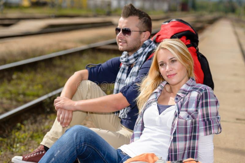 Descanso de viagem da trouxa dos pares na viagem da estrada de ferro fotografia de stock