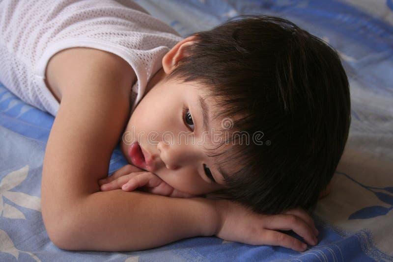 Descanso do menino foto de stock