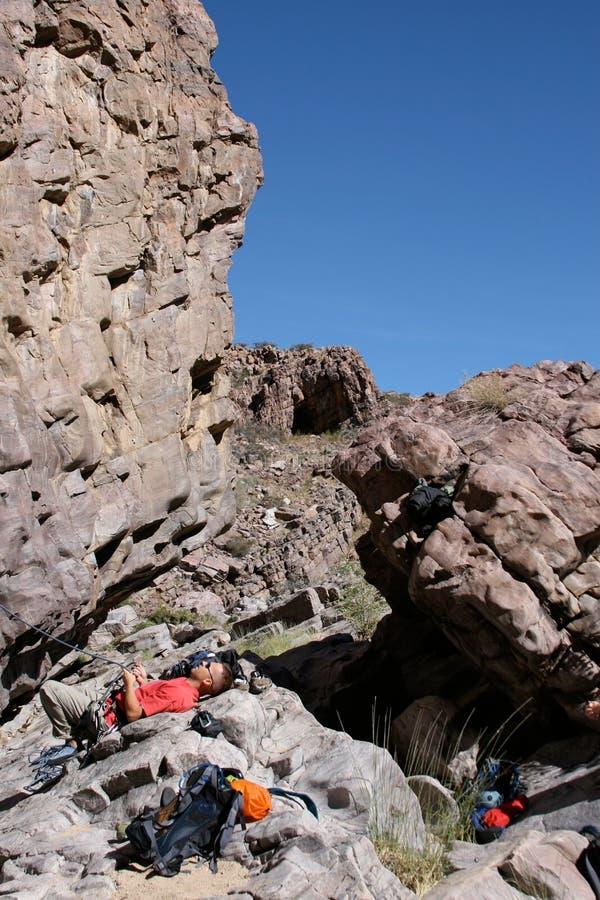 Descanso do montanhista de rocha imagens de stock royalty free