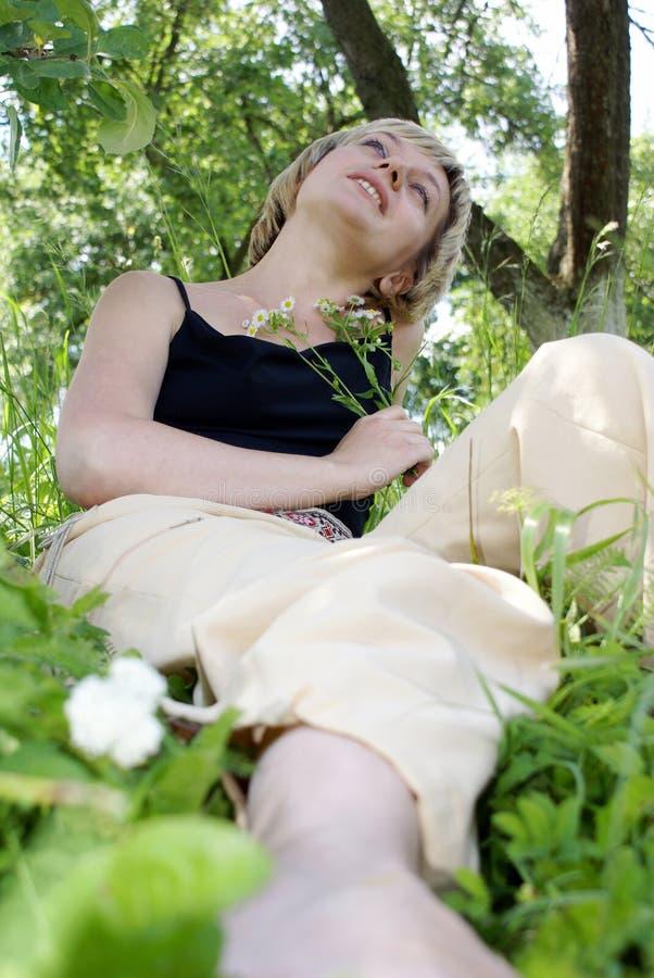 Descanso em um jardim fotografia de stock